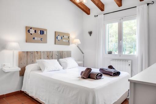 Luminoso dormitorio con cama matrimonial