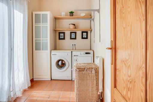 Encantadora habitación de lavabo con secador