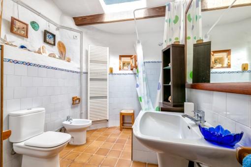 Espacioso baño con ducha