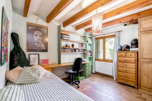 Dormitorio individual con vigas de madera