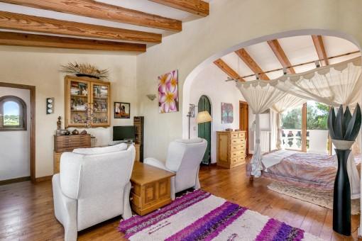 Amplio dormitorio con sofás