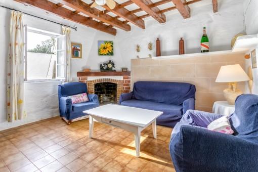 Sala de estar acogedora con chimenea