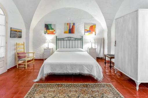 Dormitorio principal en blanco