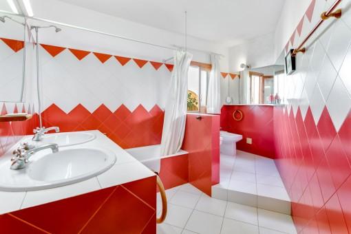 Baño en color rojo con bañera