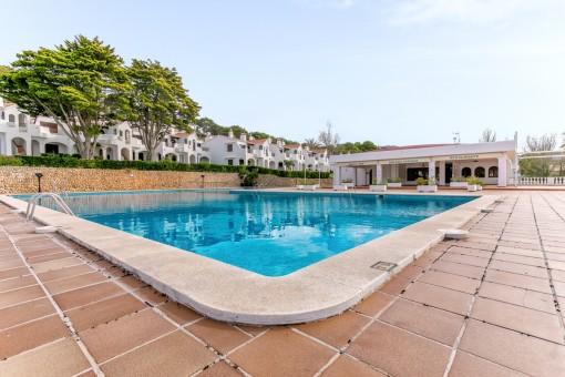 Espaciosa área de piscina comunitaria