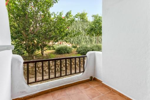 Balcón pequeño en la parte posterior del apartamento
