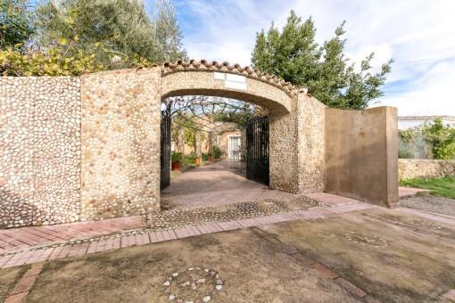 Casa con 2 viviendas y jardín espacioso con piscina en Binixica