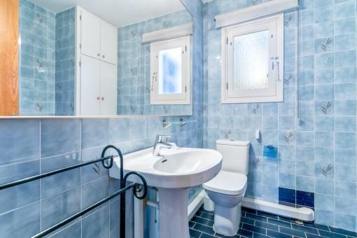 Precioso baño con baldosas azules