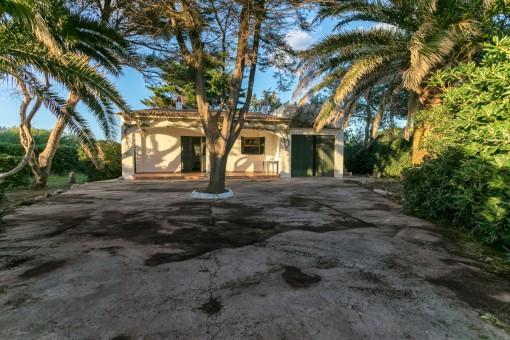 Vista frontal de la casa con patio