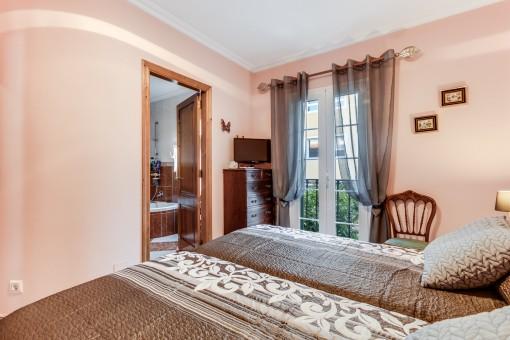 Dormitorio con balcón frances