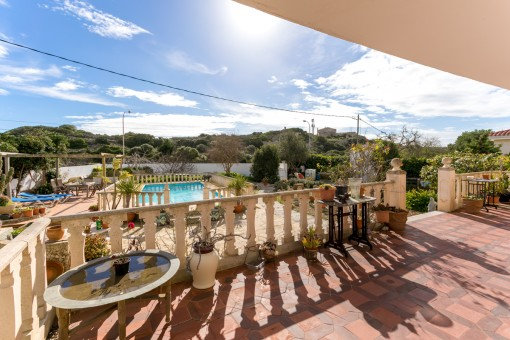 Terraza cubierta con vistas a la piscina