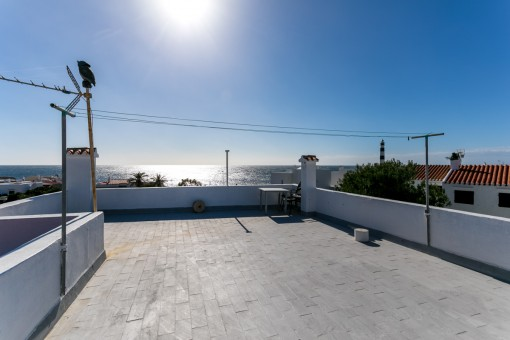 Amplia azotea con vistas al mar
