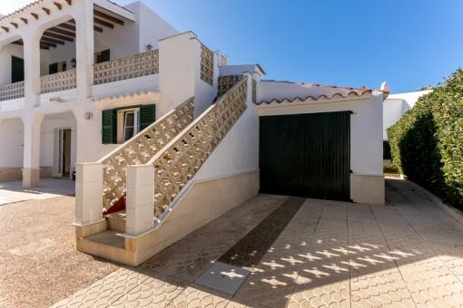 Garaje privado con acceso al piso superior