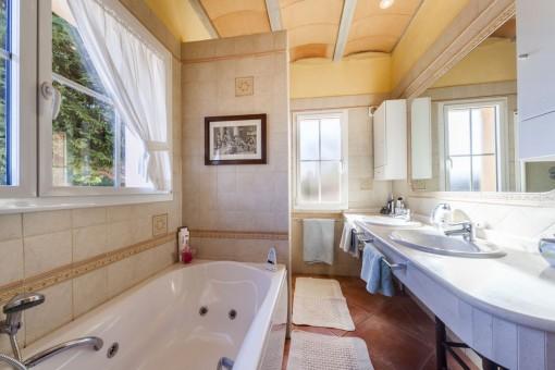 Encantador baño con bañera