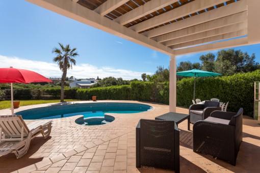Amplia terraza cubierta al lado de la piscina