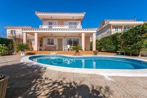Chalet con piscina y garaje en zona residencial de Mahón