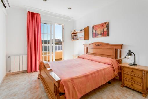 Dormitorio principal con acceso al balcón