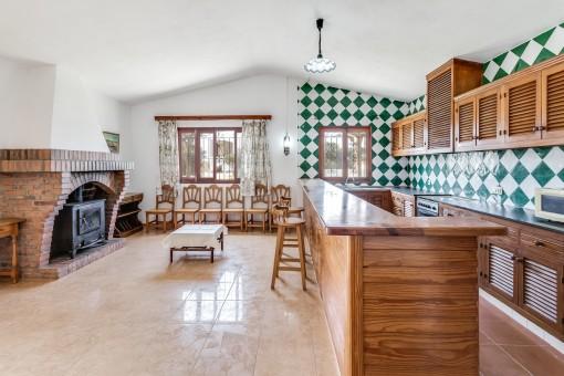 Área de estar y cocina con chimenea