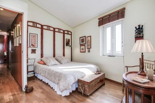 Dormitorio inundado de luz