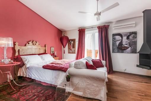 Amplio dormitorio con chimenea
