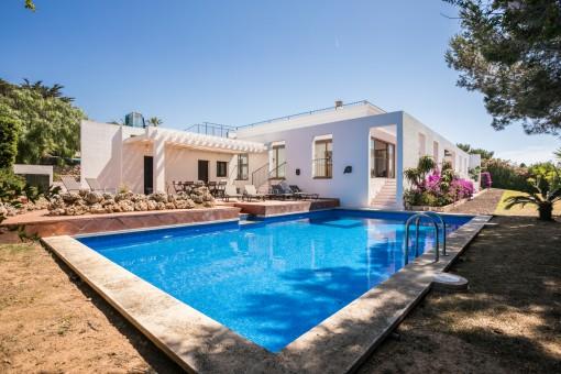 Moderno chalet con piscina, jardín y azotea en zona tranquila de Cap d'en Fonts