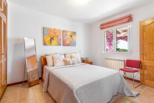 Dormitorio grande con cama doble