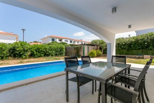 Terraza cubierta y área de piscina