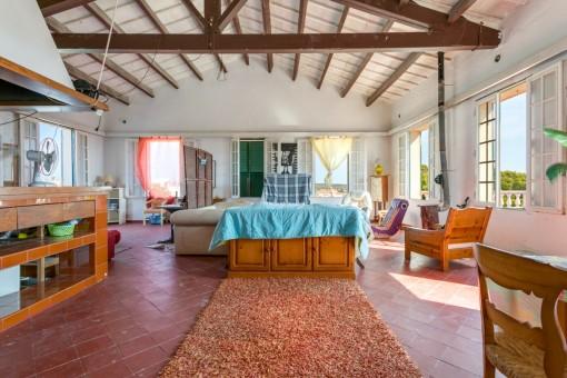 Área de estar con techos altos