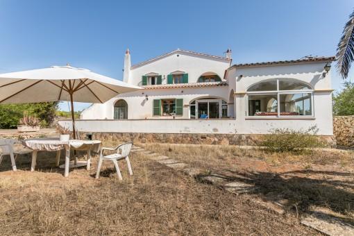 Bonita casa de campo con 4 dormitorios, piscina y solar grande en Mahón