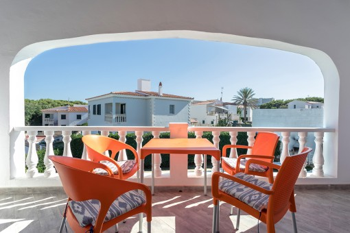 Balcón encantador con vistas a la piscina