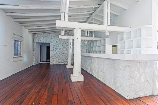 Área de bar con techo alta