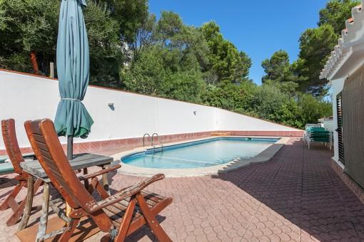Piscina con terraza soleada