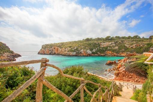 Excelente oportunidad en Cala Canutells - Gran casa familiar con piscina, jardín y vistas al mar en primera línea