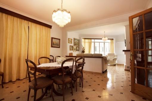 Sala de estar abierto con comedor