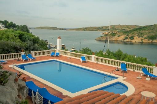 Fantástico dúplex con vistas al mar, terraza, piscina y acceso directo al puerto de Addaia