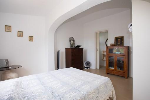 Dormitorio grande con baño en suite